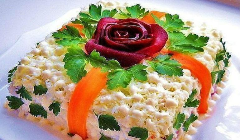 Фото 12: Новогодняя сервировка салата оливье