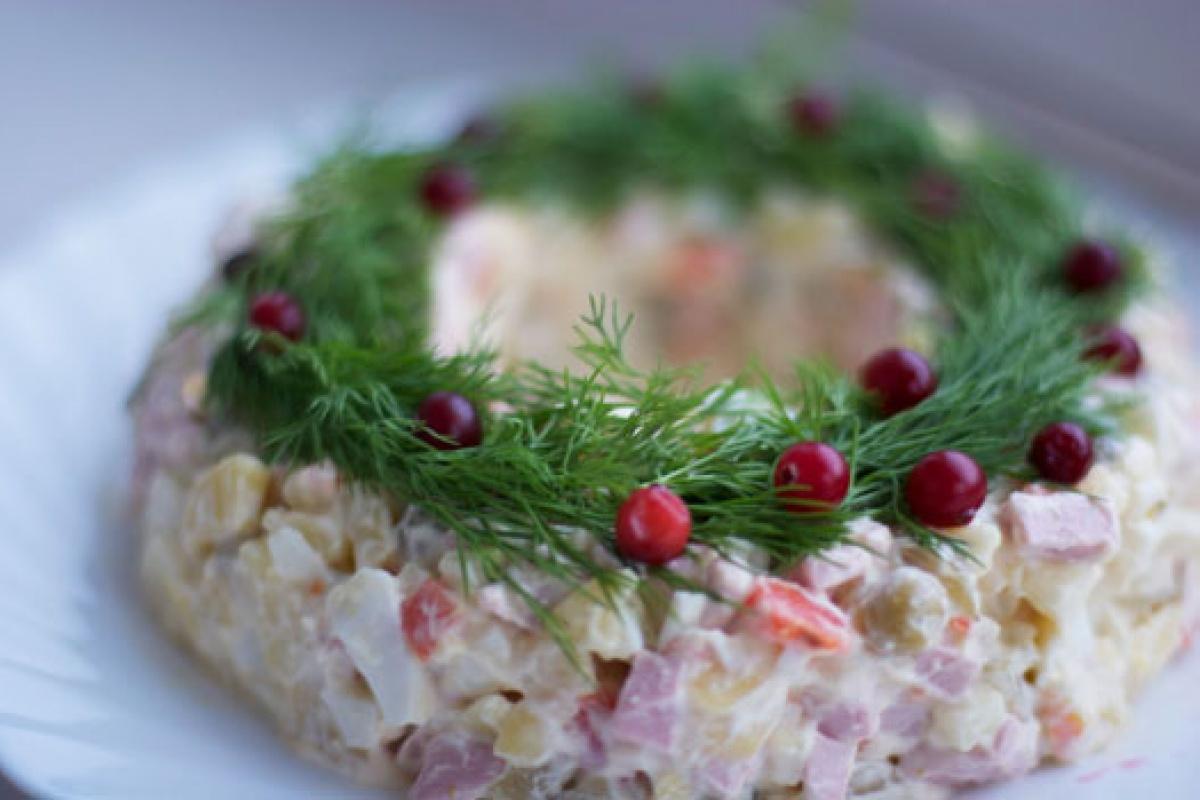 Фото 2: Новогодняя сервировка салата оливье