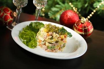 Фото 9: Новогодняя сервировка салата оливье