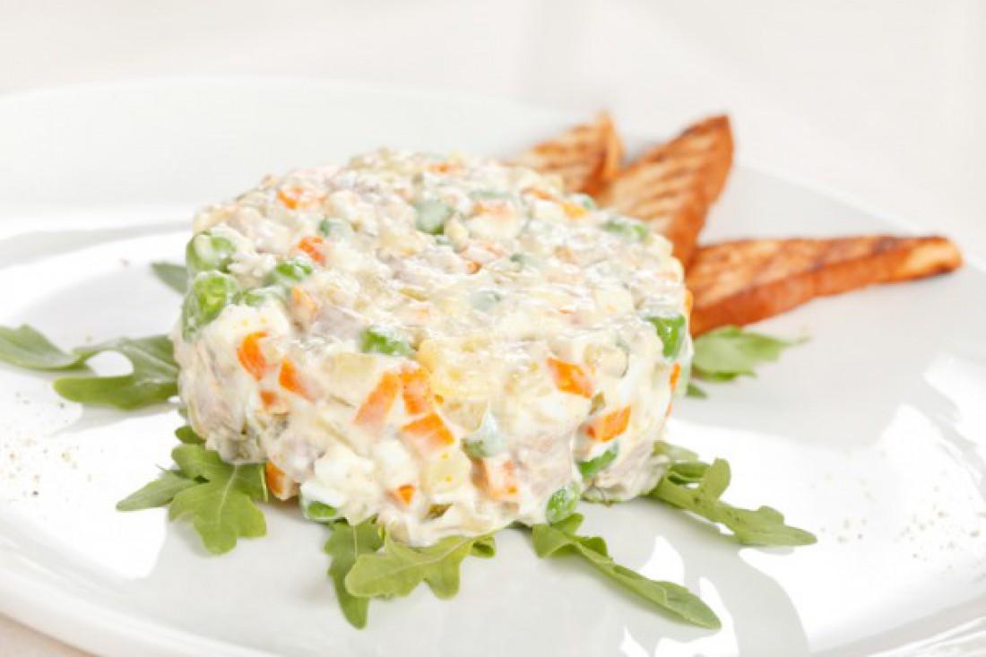 Рецепт вегетарианского оливье с морской капустой и сыром