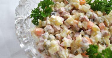 Российские медики назвали вредные продукты в салате Оливье