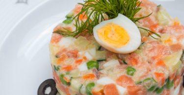 Рецепт рыбного оливье с красной рыбой (соленая семга или лосось)