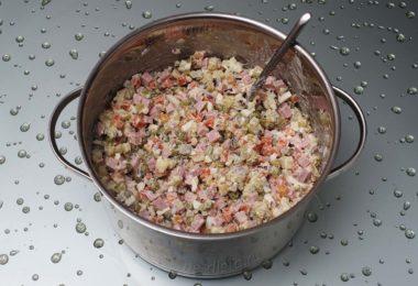 Рецепт обычного салата оливье с вареной колбасой