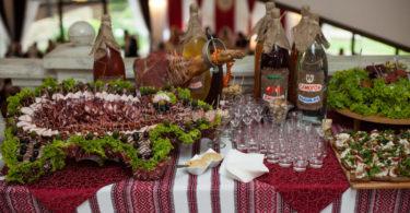 В Узбекистане 55 человек отравились салатами на свадьбе