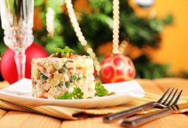 Варианты новогоднего украшения салата оливье