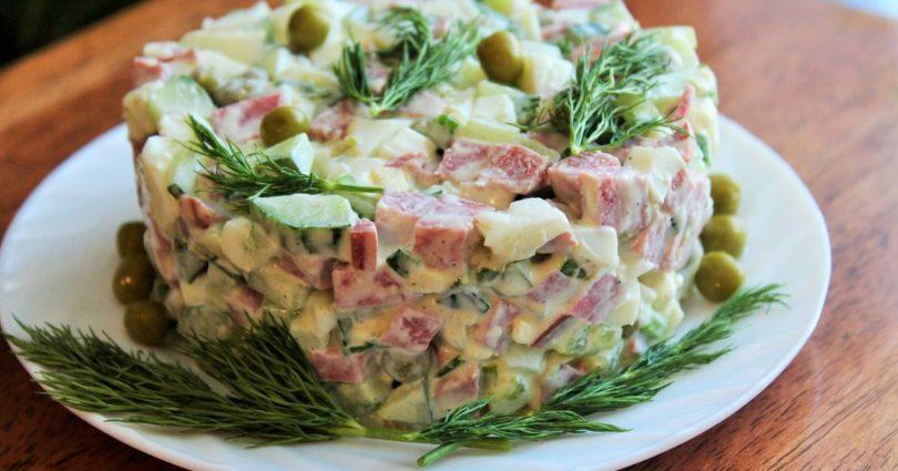 Рецепт салата оливье с копченой колбасой