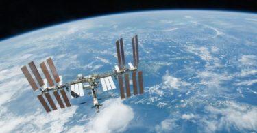 Космонавты на МКС встретят Новый год с фотографиями оливье и шампанского