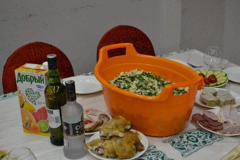 Тазик (миска) с оливье на праздничном столе